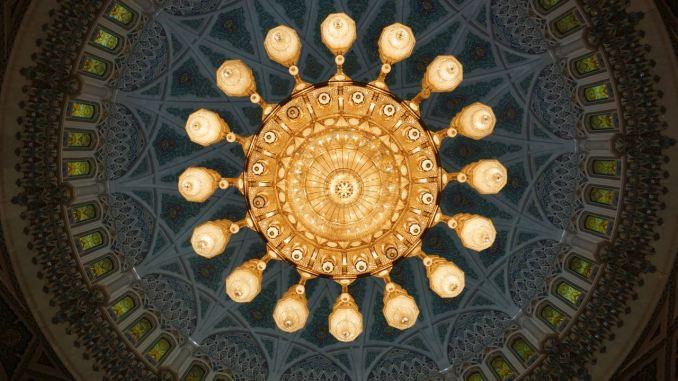 Beeindruckender Kronleuchter als Hingucker der Moschee