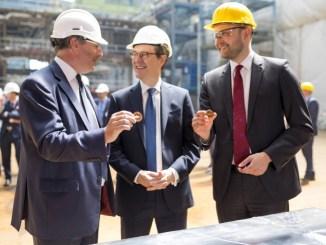 """Lance Batchelor (CEO der SAGA Group), Sir Sebastian Wood (britischer Botschafter) und Tim Meyer (Geschäftsführer der Meyer Werft) mit dem """"Glückscent"""". Foto: Michael Wessels / Meyer Werft"""