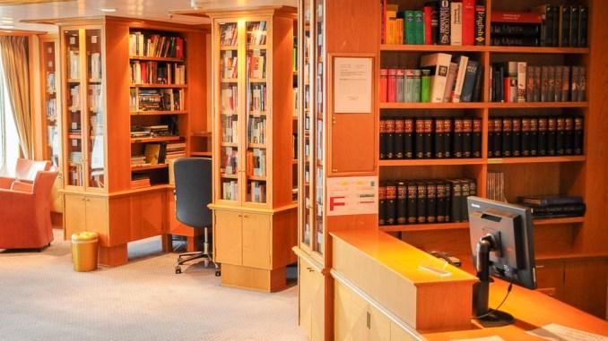 Ein Einblick in die Bibliothek an Bord