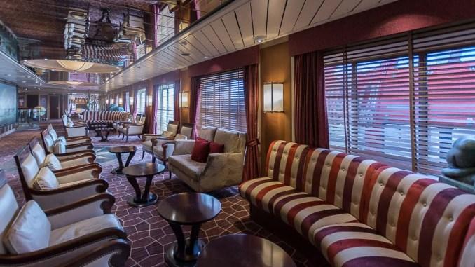 Die Bars wie hier die Explorer's Lounge bieten oftmals einen guten Blick nach draußen