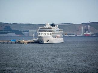 Das Schwesterschiff der Viking Sky, die Viking Sun, im Hafen von Invergordon.