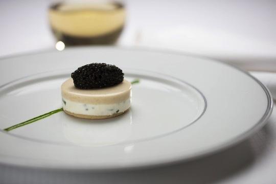 Compass Rose: Kaviar auf geräuchertem Schellfischgelee und Zitronencreme. Foto: RSSC