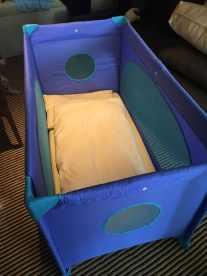 Babybett auf der AIDAperla - mit Bettdecke und Polster