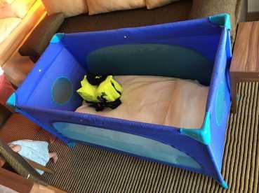 Babybett mit Baby Schwimmweste - Rettungsweste auf der AIDAperla