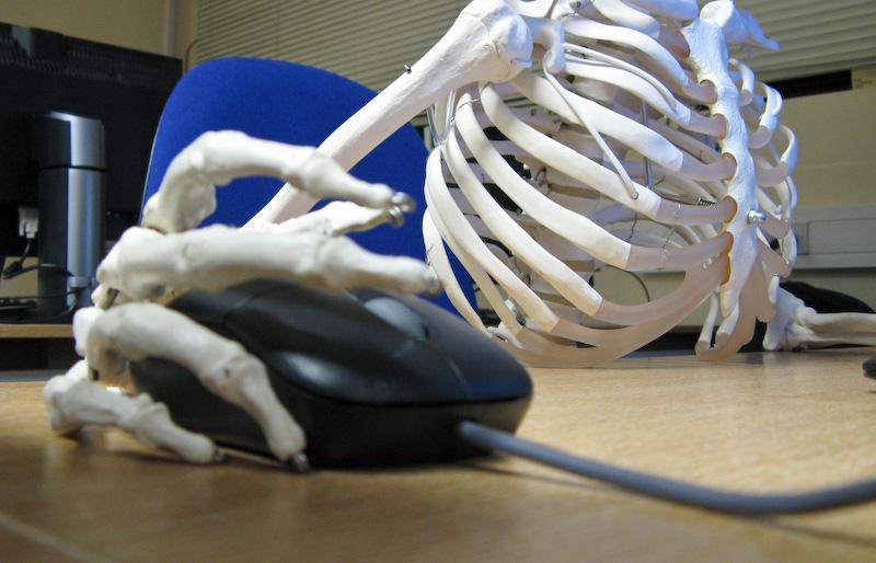 skelett_ueberarbeitung_bitteres_ende_ueberforderung_ueberstunden_ausbeutung_burnout_depression_flexible_arbeitszeit_mehrarbeit_stress_arbeitsanforderungen_kritisches_netzwerk.jpg