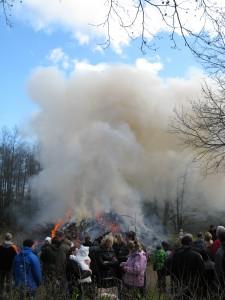 Osterfeuer in Buxtehude mit großer Rauchwolke