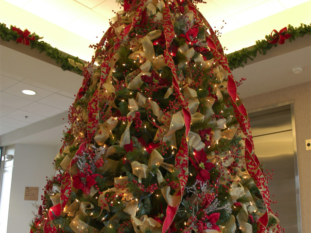 stockexchange_christmas_tree_lobby_office_1517521691728.jpg