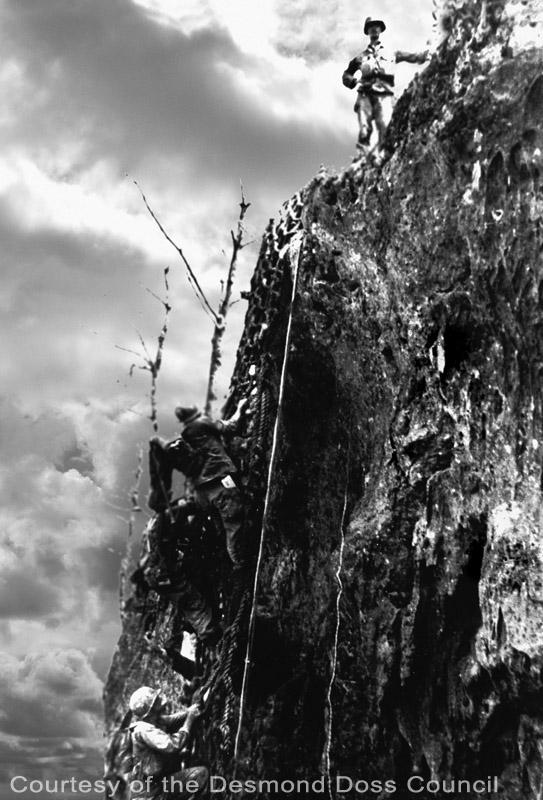 真實的戴斯蒙站在鋼鋸嶺的懸崖上
