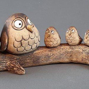 pöllöperhe neljällä poikasella