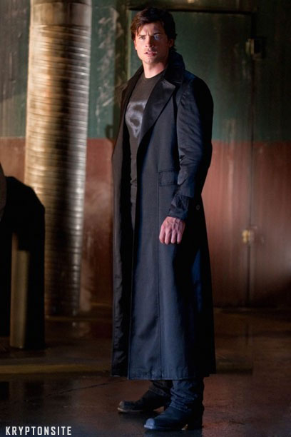Tom Welling in the suit (picture from Kryptonsite)