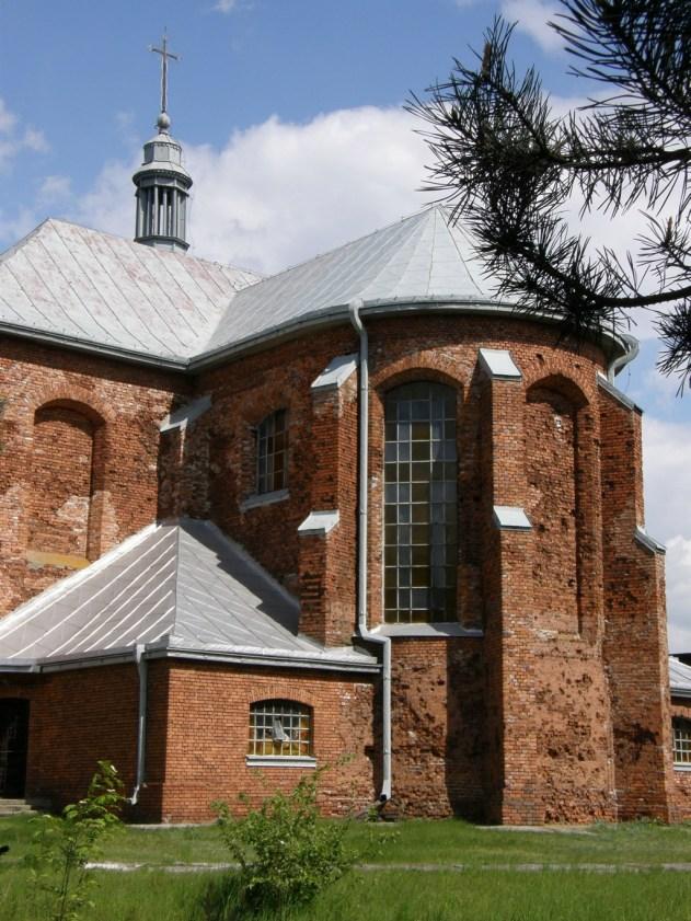 Kościół pw. św. Trójcy w Chotczy z widocznymi śladami kul z czasów II wojny światowej (fot. K. Furmanek)