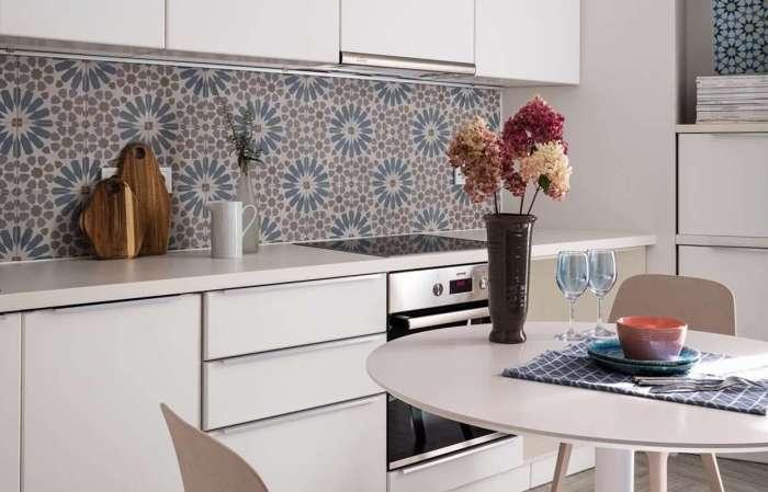 Оформляем стык фартука и столешницы на кухне