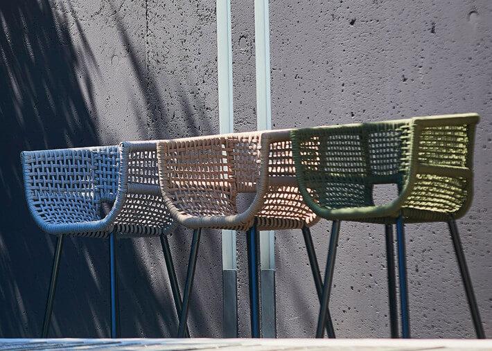 chaise de jardin design en aluminium noir et corde taupe gris clair ou vert olive suka par jankurtz