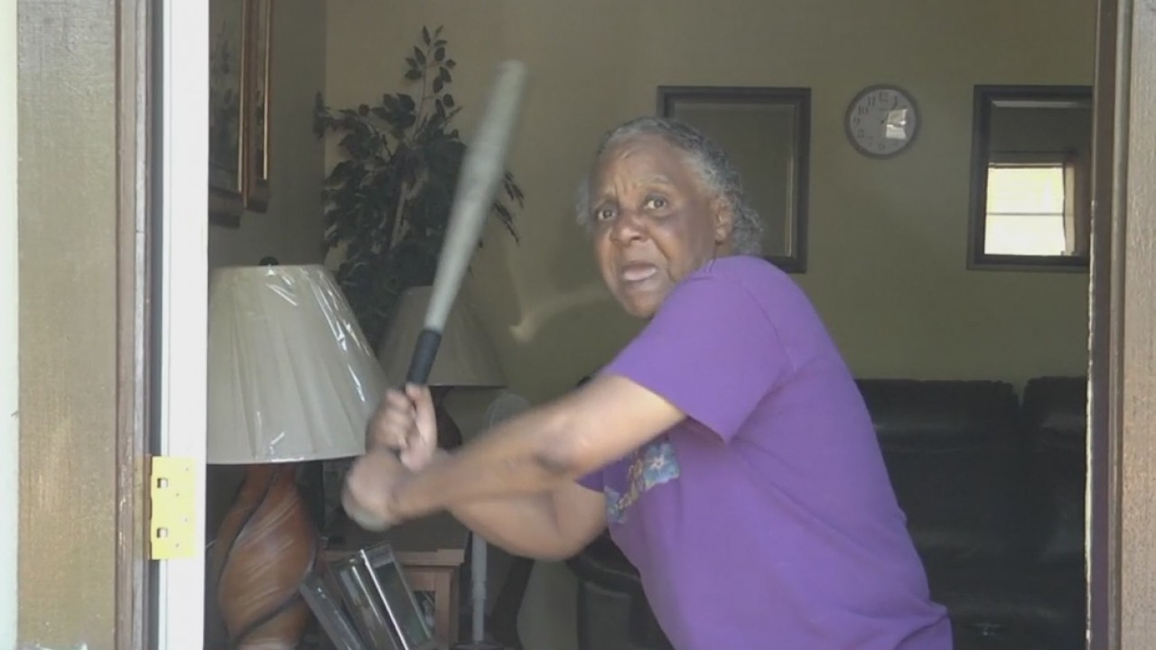 Grandma_fends_off_burglar_with_bat_10_82901991_ver1.0_1280_720_1555529782967.jpg