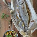 Ryba w papilotach z owocową salsą. Narwij słów jak żonkili…