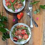 Truskawki, szparagi i maftoul. Sałatka w Sezonowo od A do M