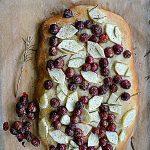 Focaccia z winogronami i gruszką. Oswoić jesień…