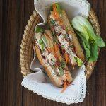 Tofu bánh mì z warzywami i majonezem Sriracha. Ciągle w podróży!