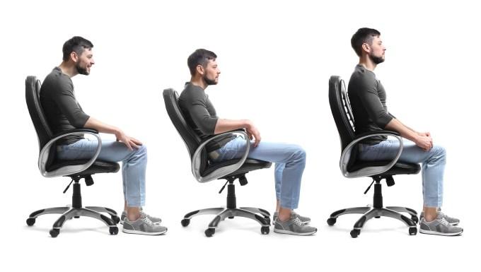 3人坐在办公椅的图片