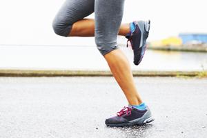 腿的健康女人跑