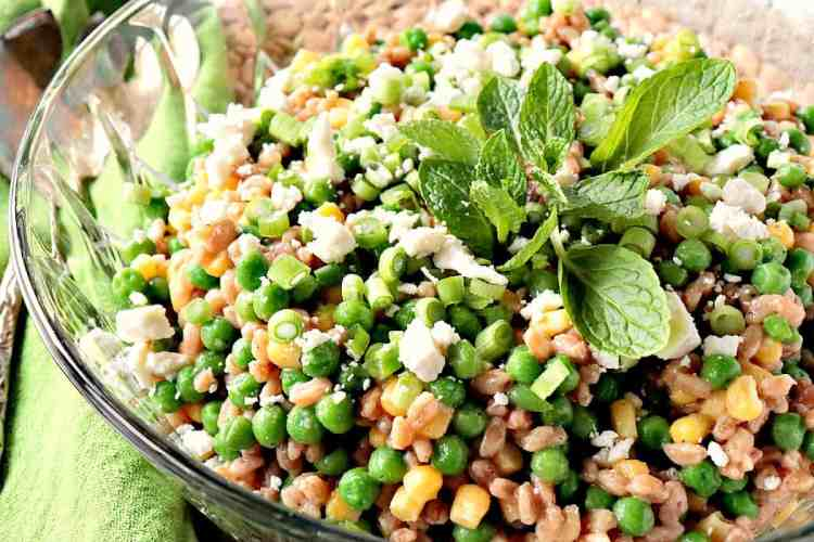 This Pea & Farro Salad with Mint & Feta is flavorful and delicious! The vibrant green color speaks to the freshness of this springtime side dish. - www.kudoskitchenbyrenee.com