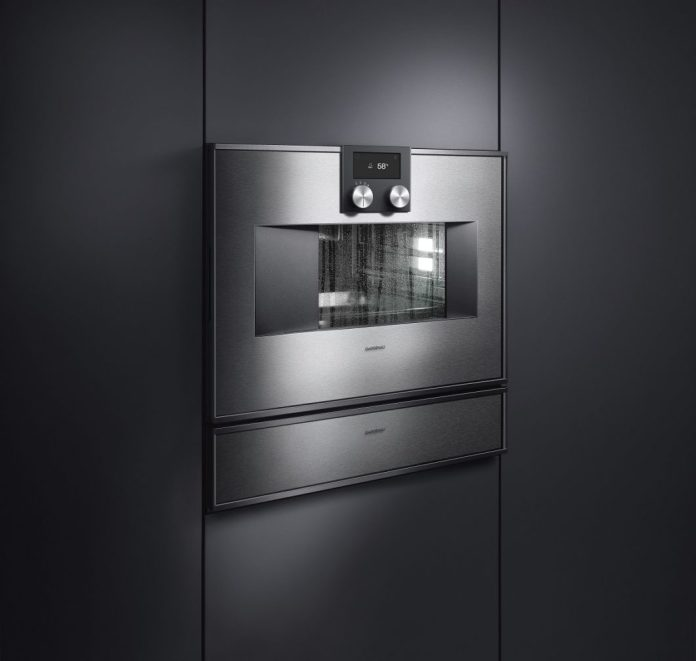 The Gaggenau steam ovens have always been visually appealing - and highly functional. Since 2015, an automatic cleaning system has been integrated in the Series 400 with fixed water connection, which is now also available in the new generation for models with a water tank. (Photo: Gaggenau)