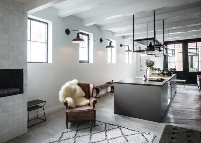 A spacious kitchen island in industrial chic, which was realized in the walls of a former library. Of the