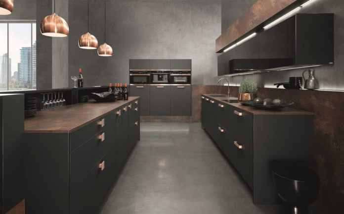 There is another way: the manufacturer rational uses copper-colored elements and heavy dark surfaces for highly elegant and glamorous kitchen rooms. (Photo: rational)