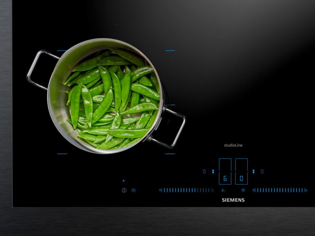 As you can see, you see (almost) nothing: with the activeLight lighting control, users are actively controlled by the cooking process. When switched off, the cooktop appears evenly black. (Photo: Siemens household appliances)
