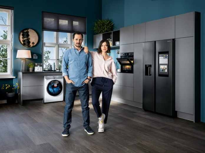 A young couple, a kitchen full of high-quality electronic devices - and the question of what the perfect interplay looks like when the critical (in-law) parents come by. (Photo: Samsung)