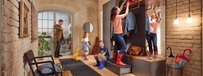 The functional mix of storage space for seldom used things and a practical stepladder also looks good in the cloakroom.  (Photo: blum)