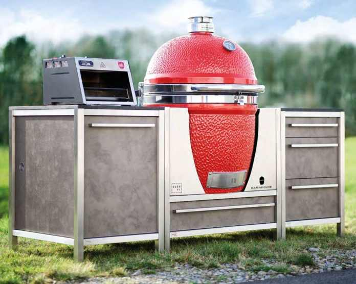 High-quality ceramic grills can be integrated in a special holder in the outdoor kitchens from BURNOUT. Photo: BURNOUT)
