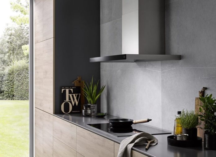Wall hoods are among the most classic of all extractor hoods. Cleverly used in color, it can harmonize with modern concrete walls. (Photo: berbel)