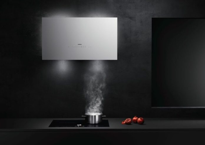 Manufacturers who are known for modern trough fans and filigree ceiling fans also have the classics like the wall hood in their range - of course aesthetically refined. (Photo: Gaggenau)