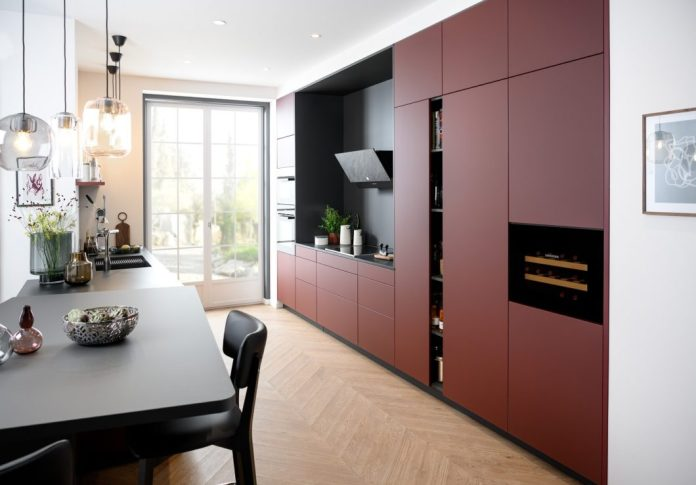 SCHMIDT Kitchens is one of the few manufacturers that operate completely independent studios and, in addition to kitchens in the entry-level and high-end segment, also offer bathroom, living room and cloakroom furniture made to measure. (Photo: SCHMIDT Kitchens)