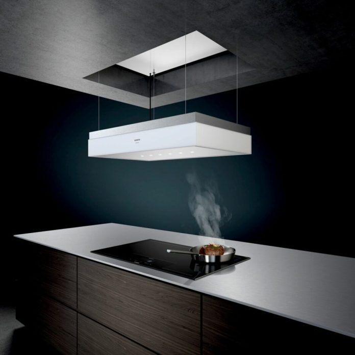 Ceiling lift hoods are predestined for anyone who wants a clean kitchen picture and doesn't want to be tied to a cooktop extractor: the devices can be moved up and down on thin steel cables. (Photo: Siemens household appliances)