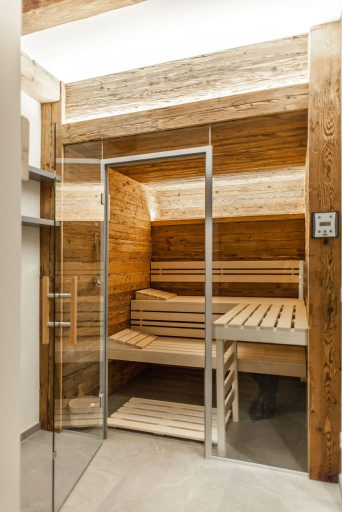 Hannes Vötter clad the sauna from the manufacturer TPI from Frankenburg in Upper Austria with old wood.  The stove behind the wall is cleverly hidden and also encased in chopped old wood.  (Photo: The Kitchen Club)