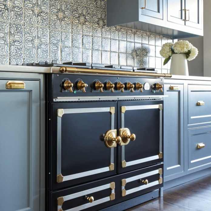 In this country too, country house kitchens differ from purist kitchens in their often cheerful colors.  Normandy dares to do a little more.  (Photo: La Cornue)