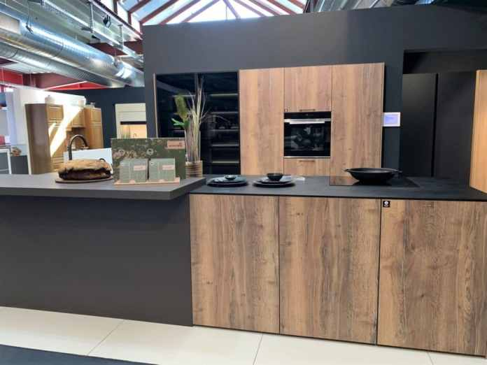 Sustainable kitchens from Rotpunkt: BioBoard Gen2 is characterized by a special middle layer, which consists largely of recycled wood.  (Photo: Küchen & Design Magazin)