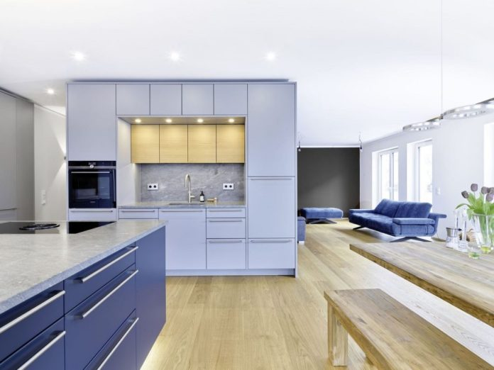 """The floor-to-ceiling kitchen unit also functions as a room divider: Planner Friederike Krech designed the floor plan of the """"half-open"""" kitchen together with the customer couple.  (Photo: Dross & Schaffer Ludwig 6)"""