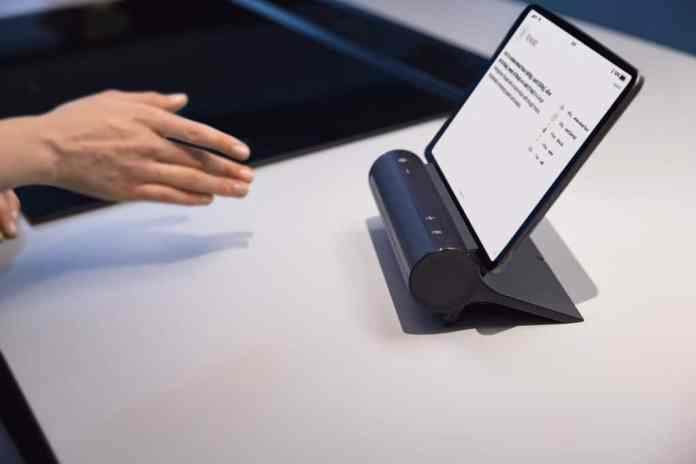"""Nie mehr Schmutz an elektronischen Geräten: durch Gestensteuerung in der Luft kann das """"Smart Kitchen Dock"""" bedient werden. (Foto: Siemens)"""