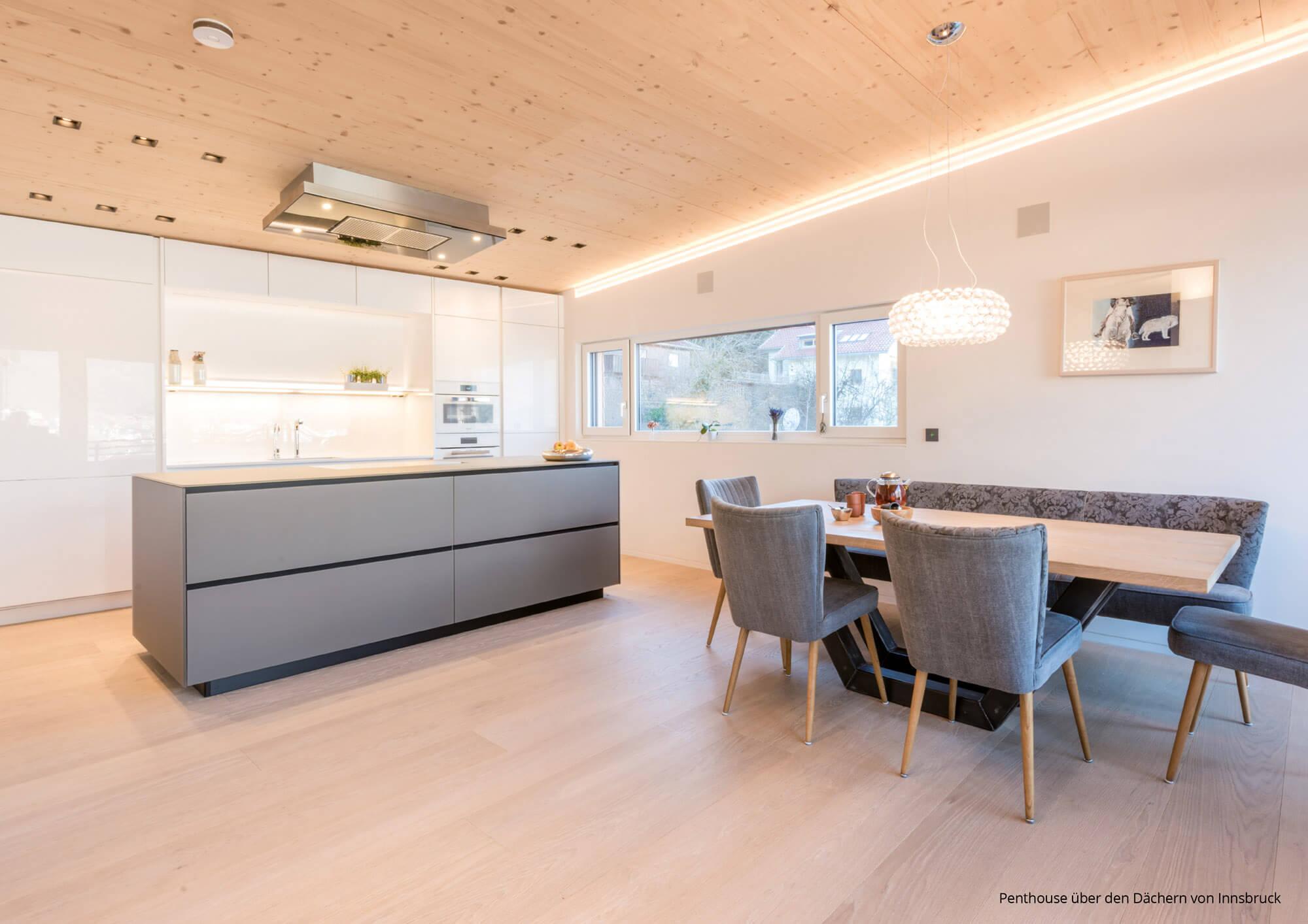 Moderne Wohnküche 6: Farblich Abgestimmter Essbereich