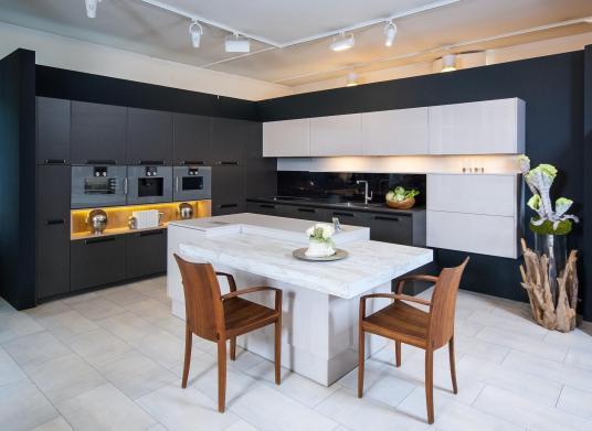 Schwarze Küche mit Insel