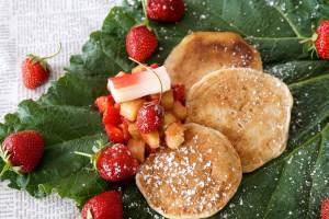 Erdbeere küsst Rhabarber – Blinis mit Ragout