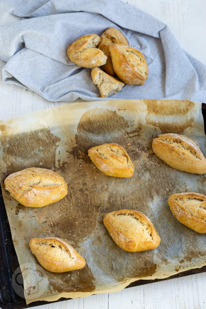 Leckere Brötchen einfach selber backen. Mit dem Rezept für diese knusprigen Buttermilch Brötchen mit Dinkel gelingt euch das bestimmt. Durch die Übernachtgare könnt ihr euch auf frische Brötchen zum Frühstück freuen. Küchentraum & Purzelbaum | #brötchen | #übernachtgare
