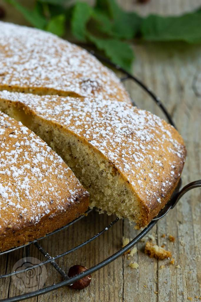 Backen mit heimischem Superfood. Dieser einfache Nusskuchen schmeckt der ganzen Familie, nicht nur im Herbst. Ein Muss für alle die Nüsse mögen. Küchentraum & Purzelbaum   #backen   #kuchen   #nusskuchen   #superfood
