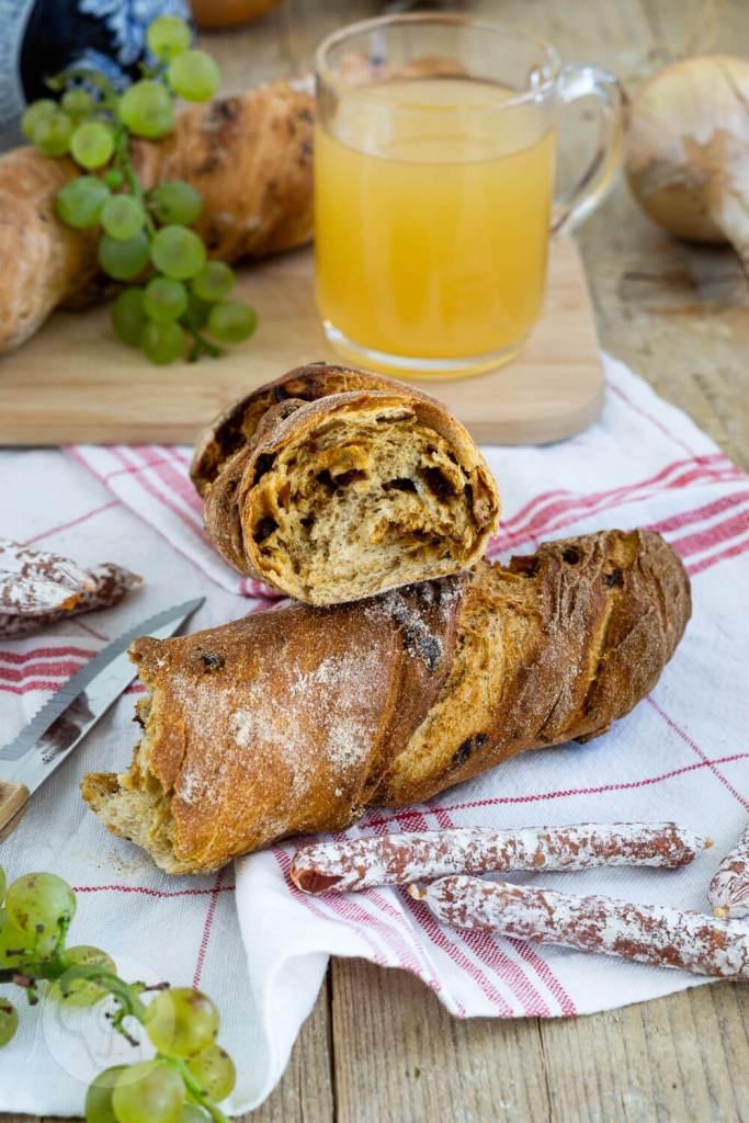 Rezept für ein herzhaftes Zwiebelbrot mit Röstzwiebeln. Ihr könnt das Zwiebelbrot als Baguette oder - so wie ich - als Wurzelbrot bzw. Zwirbel formen. Das Brot passt hervorragend als Beilage zum Grillen oder als Brot zu einer leckeren Brotzeit. Aber natürlich auch zu einer deftigen Wurst und zu einem leckeren Wein. Küchentraum & Purzelbaum   #brot   #zwiebel   #wurzelbrot   #baguette