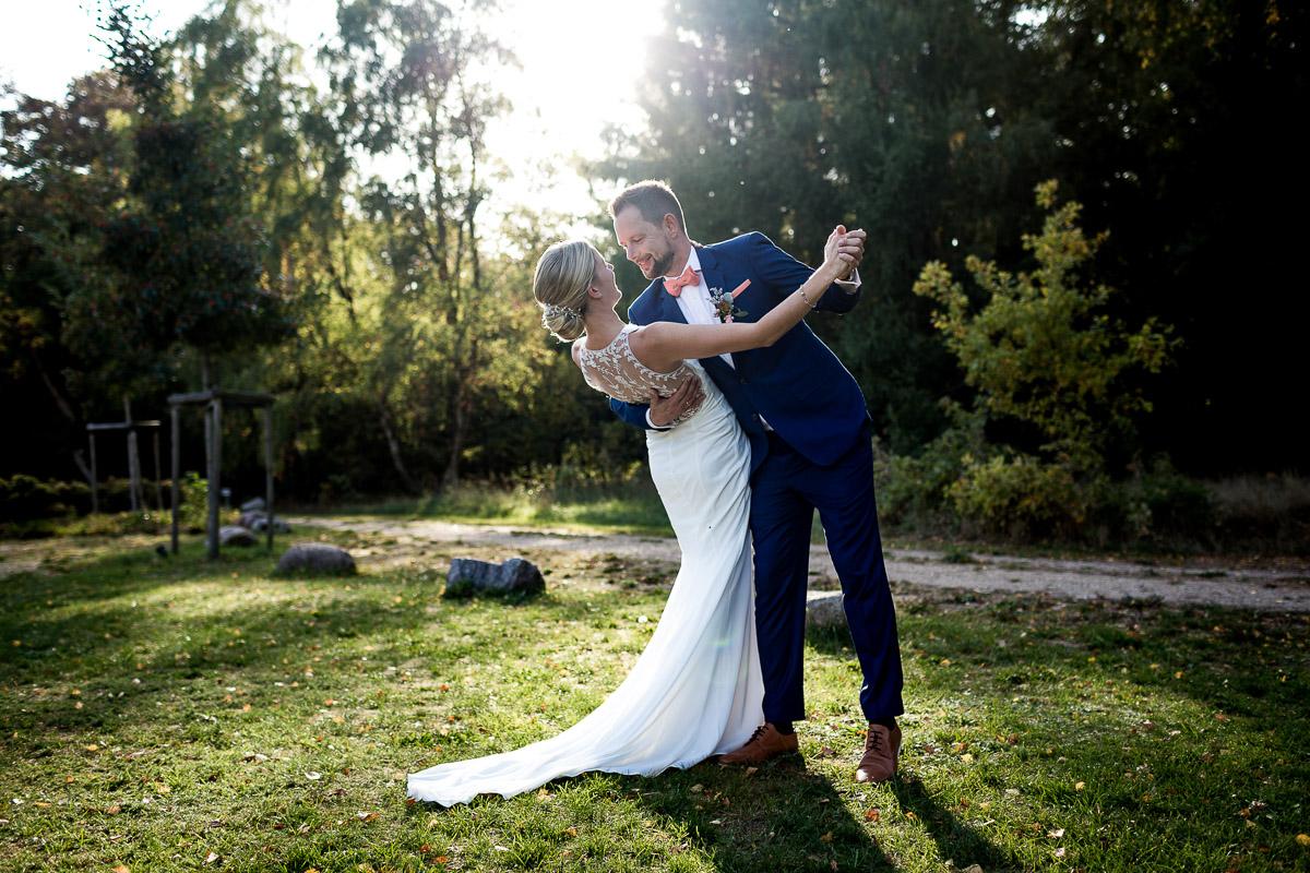 Küstenbraut Hochzeit Brautpaar tanzt im Sonnenuntergang