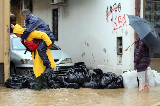 poplave-u-Srbiji-spasavanje-ljudi-Crveni-Krst-2-670x447