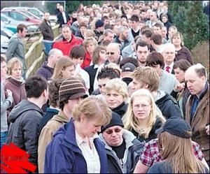 Lebih 3000 orang beratur untuk ditemu duga bagi mengisi 150 kerja kosong di Zoo Twycross, Britain